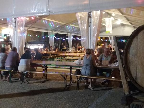 salignac-vacance-camping-eetmarkt-in-tent_600x450