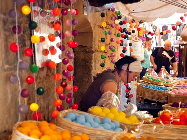 sarlat-vacance-camping-kleurrijke-markt_600x450