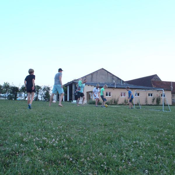 Jouer foot camping Place de la Famille